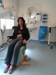 Leonor krijgt cortisonspuit in het oog 2 weken vóór operatie.